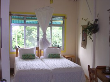 Bedroom_of_Canopy_Tower_in_Gamboa,_Panama_01