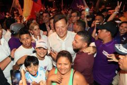 Juan Carlos Varela with people of Panama